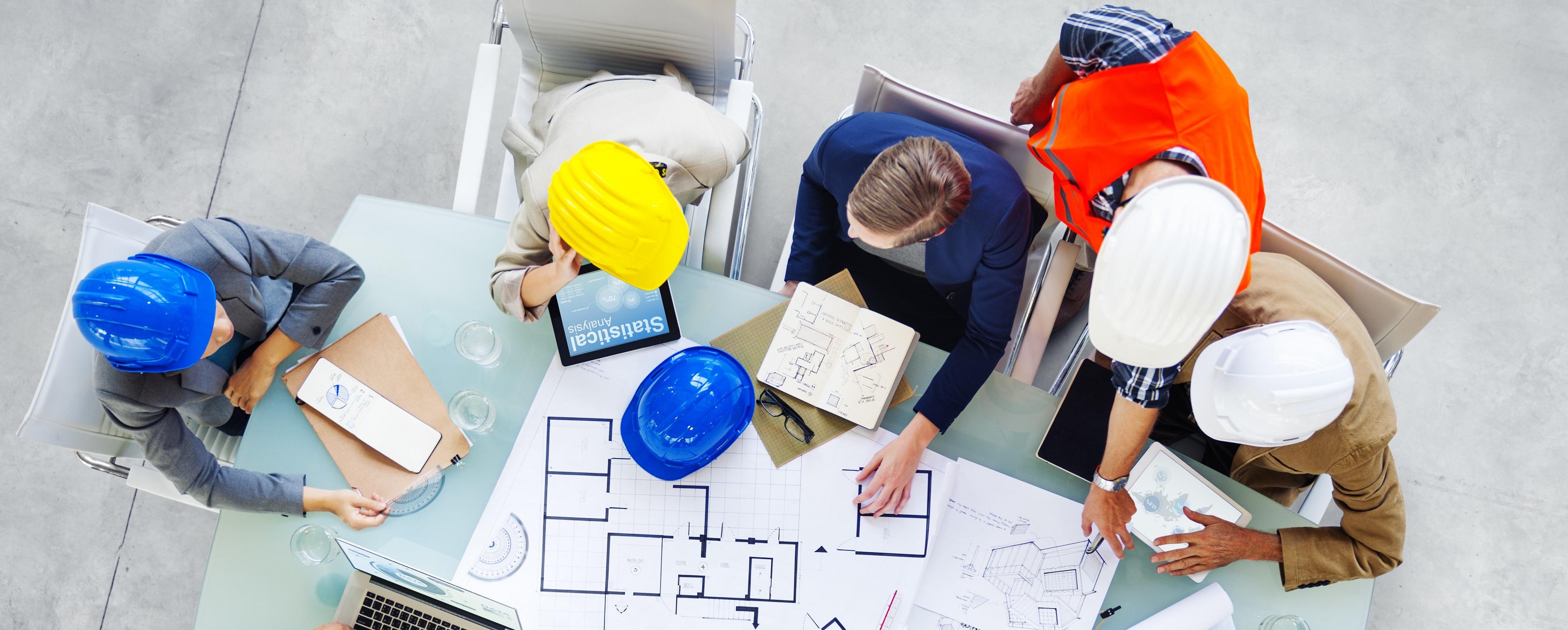 Architectes et concepteurs travaillant au bureau
